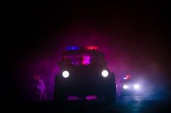apresse a iluminação do carro de polícia na noite na estrada Carros de polícia na estrada que move-se com névoa Foco seletivo per Imagem de Stock Royalty Free