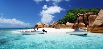 Apresse o barco na praia da ilha de Cocos, Seychelles Fotografia de Stock Royalty Free