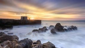 Apresse o tempo, pescador que contempla o nascer do sol sobre o oceano Fotografia de Stock