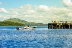 Apresure el barco con los turistas el verano en Loch Lomond, Luss, Escocia Foto de archivo libre de regalías