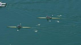 Apresure el rowing, motora que escolta a remeros profesionales en los barcos, deportes acuáticos almacen de video