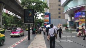 Apresure el timelapse del movimiento de la cámara que se mueve a través de la muchedumbre en la ciudad de Tailandia urbana Gente  almacen de video