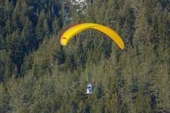 Apresure el vuelo en un ala pequeña, rápida de la tela hecha en los esquís Fotografía de archivo libre de regalías