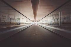 apresure la falta de definición de movimiento en el transporte, luz azul en línea de la perspectiva fotografía de archivo libre de regalías