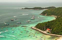 Apresure los barcos en la agua de mar en el Lan del kho imagenes de archivo