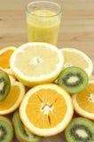 Apretón con las frutas foto de archivo
