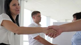 Apretón de manos acertado de businessmans en la reunión en primer del sitio blanco metrajes