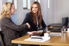 Apretón de manos agradable antes de la reunión de negocios Imágenes de archivo libres de regalías