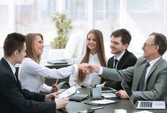 Apretón de manos agradable de socios comerciales en la mesa de negociación imagen de archivo