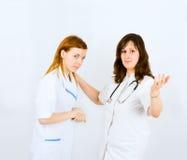 Apretón de manos de dos enfermeras Fotos de archivo