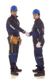 Apretón de manos de dos trabajadores de construcción. imagen de archivo