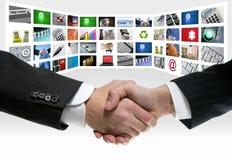 Apretón de manos de la pantalla de la comunicación video de la tecnología TV Imagen de archivo libre de regalías