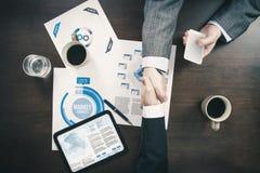 Apretón de manos de la reunión de negocios