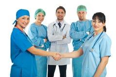 Apretón de manos de las mujeres de los médicos de hospital Foto de archivo libre de regalías