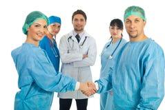 Apretón de manos de los cirujanos Fotos de archivo libres de regalías