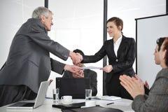 Apretón de manos de los socios comerciales en la reunión fotografía de archivo