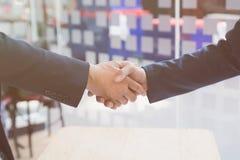 apretón de manos del hombre de negocios después de encontrar en oficina - trabajo en equipo, gallinero Fotografía de archivo libre de regalías