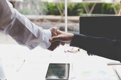 Apretón de manos del hombre de negocios - trabajo en equipo, cooperación, acuerdo, acervo Foto de archivo libre de regalías