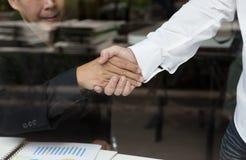 Apretón de manos del hombre de negocios - trabajo en equipo, cooperación, acuerdo, acervo Fotografía de archivo libre de regalías