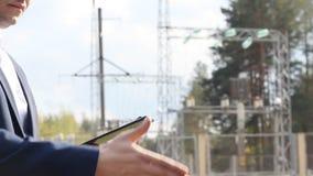 Apretón de manos del jefe y del trabajador contra la perspectiva de la central eléctrica almacen de video