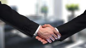 Apretón de manos del negocio en el fondo de la oficina de la compañía, confianza de la sociedad, muestra del respecto almacen de video
