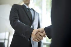 Apretón de manos del apretón de manos, del negocio y hombres de negocios imagenes de archivo