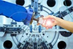 Apretón de manos del robot industrial con el ser humano en la relación para trabajar en la fabricación industrial Fotos de archivo