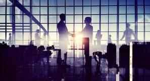 Apretón de manos del saludo de la cooperación del negocio global Imagenes de archivo