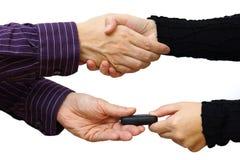 Apretón de manos después de comprar un coche y llaves del intercambio Fotografía de archivo libre de regalías