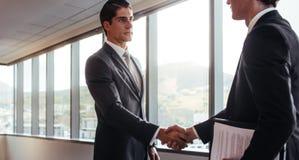 Apretón de manos después de un acuerdo del negocio Imagen de archivo libre de regalías