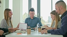 Apretón de manos en la reunión de negocios que muestra trabajo en equipo metrajes