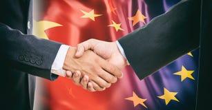 Apretón de manos en la UE - China señala el fondo por medio de una bandera Foto de archivo