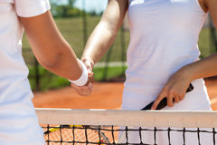 Apretón de manos en un partido del tenis Foto de archivo libre de regalías