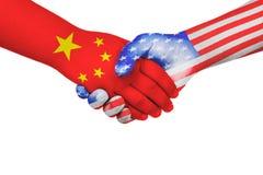 Apretón de manos entre China y los Estados Unidos de América Imágenes de archivo libres de regalías
