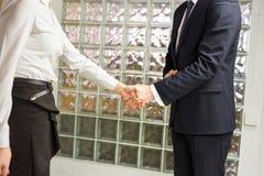 Apretón de manos entre dos ejecutivos de operaciones Imágenes de archivo libres de regalías