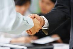Apretón de manos entre el empleado y la protuberancia Foto de archivo libre de regalías