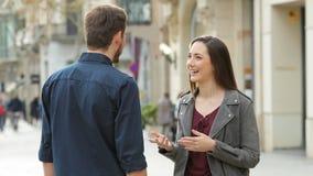 Apretón de manos feliz del hombre y de la mujer en la calle almacen de metraje de vídeo