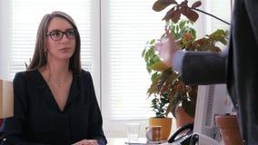 Apretón de manos femenino joven del encargado con el socio después del acuerdo del negocio