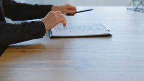 Apret?n de manos de firma del negocio del acuerdo de contrato almacen de video