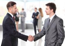 Apretón de manos. hombres de negocios que sacuden las manos Foto de archivo