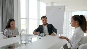 Apretón de manos de la mujer en oficina moderna en entrevista, la conversación sobre trabajo con la secretaria y el jefe en la sa almacen de video