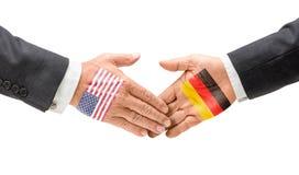 Apretón de manos los E.E.U.U. y Alemania Fotos de archivo libres de regalías