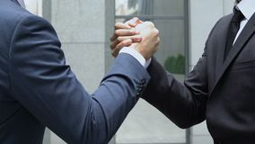Apretón de manos masculino fuerte, concepto de sociedad, ayuda del colega, trabajo en equipo almacen de video