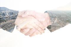 Apretón de manos y construcción aislados del negocio de la exposición doble Fotos de archivo