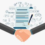 Apretón de manos y contrato del hombre de negocios a la muestra en el papel del acuerdo Fotografía de archivo libre de regalías