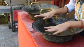 Apretón a mano del frotamiento tailandés de la mujer del estilo chino de cobre amarillo del fregadero para bendecir afortunado almacen de video