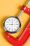 Apretón y reloj del tornillo Fotos de archivo