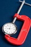 Apretón y reloj del tornillo imagen de archivo