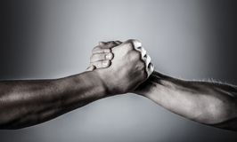 Apret?n de manos, brazos Apret?n de manos amistoso, saludo de los amigos Rescate, mano amiga Mano masculina unida en apret?n de m fotografía de archivo