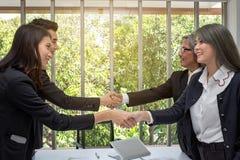Apret?n de manos Socio que sacude las manos en oficina Dos hombres de negocios que sacuden las manos en oficina Asi?tico Hombres  fotografía de archivo